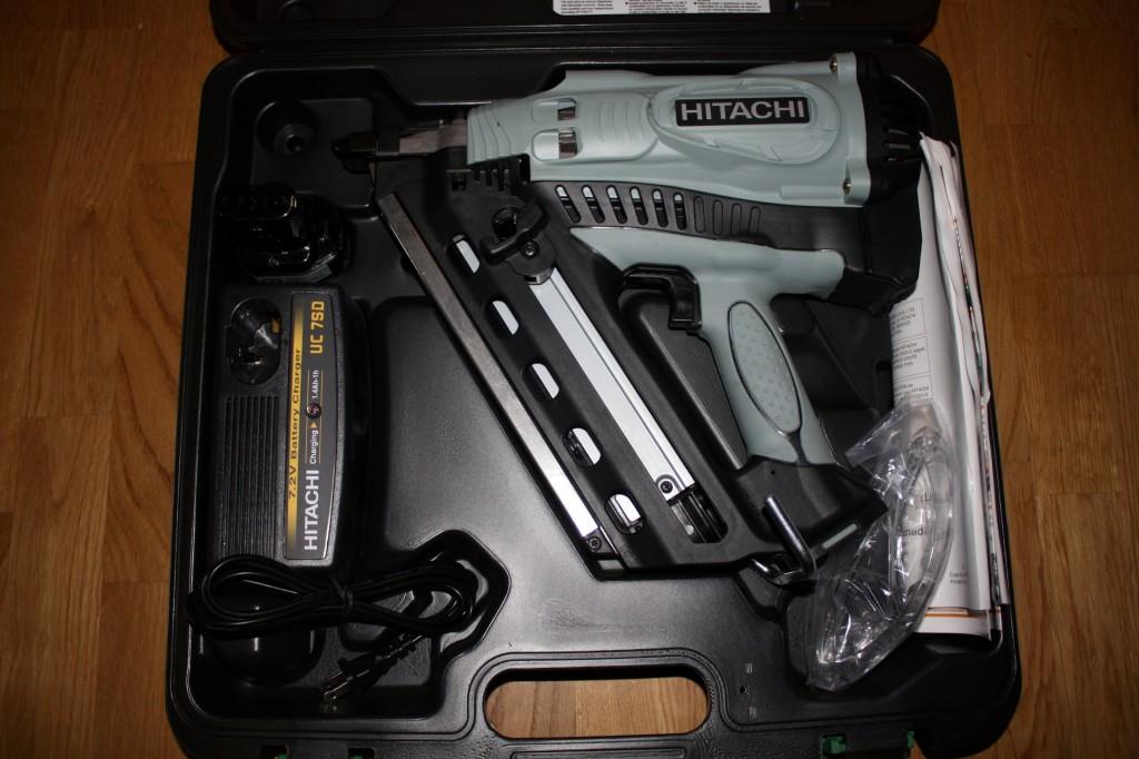Laukussa mukana NI-CAD akku, laturi, suojalasit sekä ohjeet.