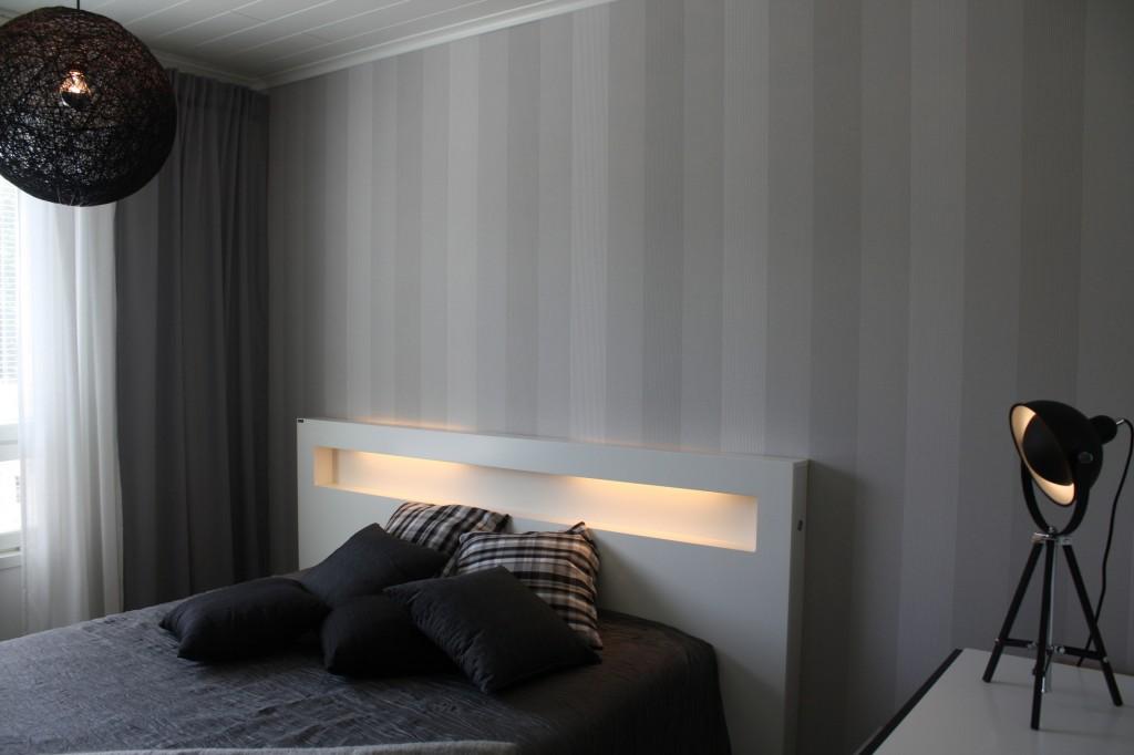 Talo 28 - Sievitalo Mustakoivu 106 Erikoisempi sängynvalo. Koko huoneessa rauhallinen tunnelma, mutta vähän väriä kaipaisi.