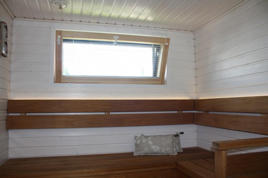 Talo 30 - Deko 159 Saunassa taas valkoista sävyä. Ehkä mielestäni liian suuri kontrasti lauteiden ja seinän välillä, mutta ihan kiva.