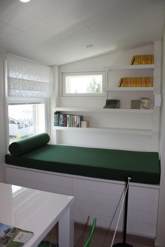 Talo 32 - Lapplin Duo Hieno lukunurkkaus. Tulisiko käytettyä? En tiedä, mutta voisin kuvitella että perheestä ainakin joku innostuisi tuolla istumaan.