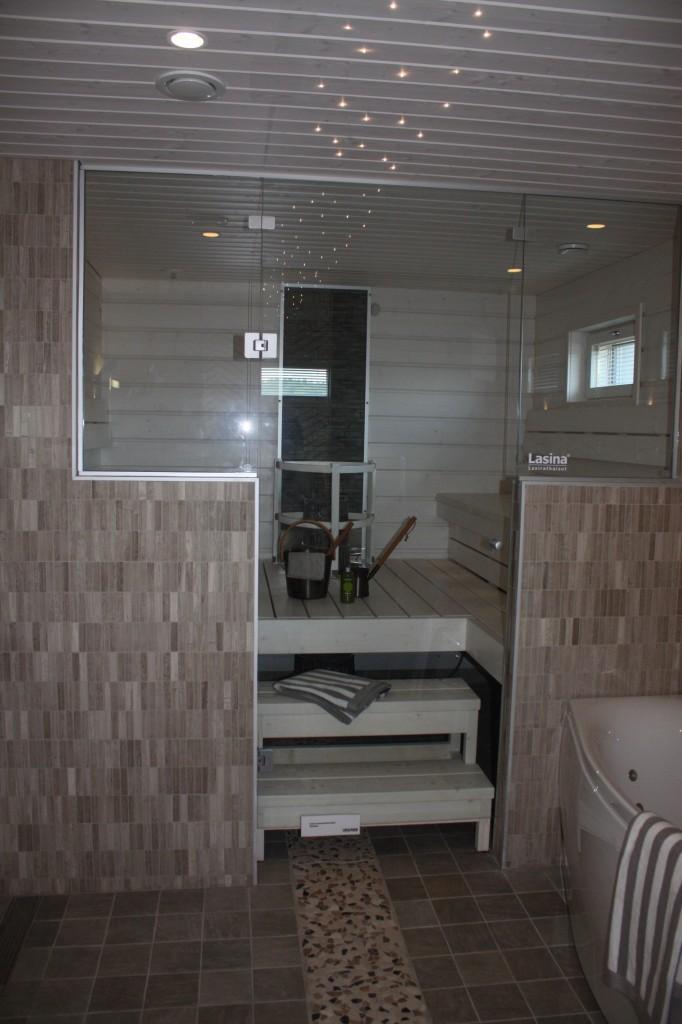 Talo 4 - Omatalo Uniikki Sauna oli raikkaan vaalea. Me ei oikein pidetä synkän tummasta saunasta. Tulee tunkkainen olo.