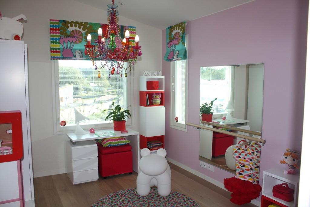Talo 4 - Omatalo Uniikki Hämmentävä huone. Väriä on tietyllä tavalla paljon mutta vähän. Vaikea sanoa mikä on se pääpointti kun on niin paljon erilaisia juttuja.