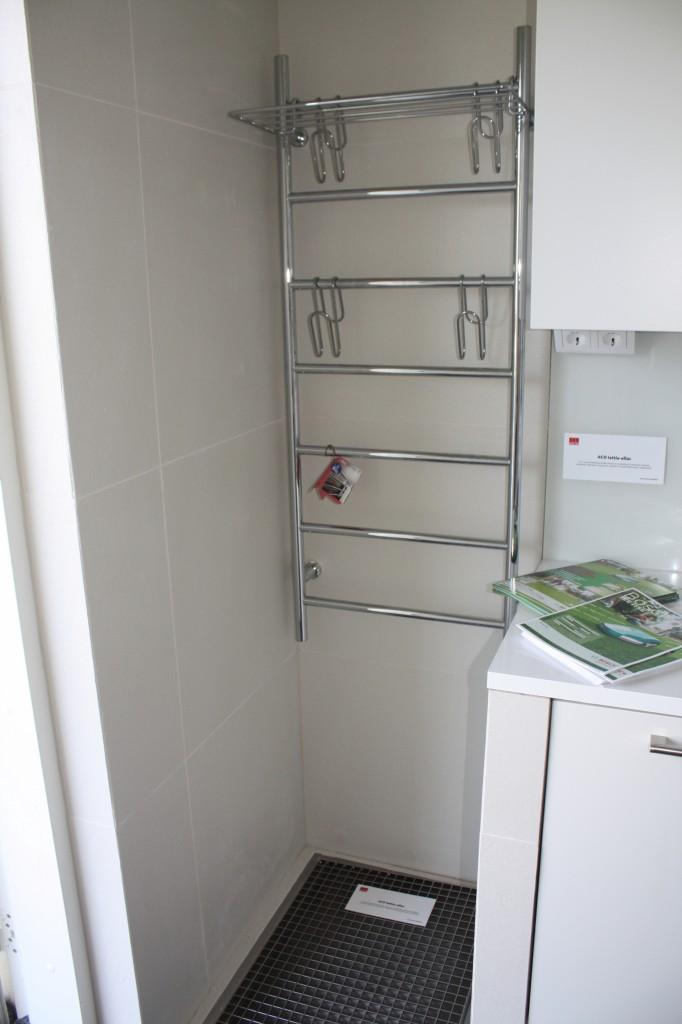 Talo 7 - Passiivikivitalo Leija Kuraeteiseen ihan toimivan näköinen kuivausteline. Etenkin yläosa helpottaa rapavaatteiden kuivumaan ripustamista.