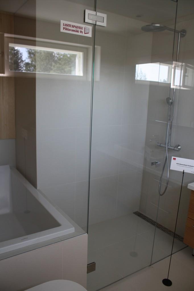 Talo 7 - Passiivikivitalo Leija Ihan mielenkiintoisesti asemoidut suihku ja amme. Joskus kun pohjia piirteli, tuli tälläistäkin sommiteltua. Olisi voinut toimiakin siis.