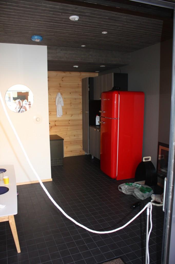 Talo 3 - Elämän lanka. Erillinen saunarakennus, mutta mikä oli hämmentävää... tästä takkahuoneesta (seinänläpi lämmitettävä kiuas) ei pääse kuin ulkokautta saunaan. Eli talvellakin on aina saunasta mentävä ulkokautta tänne istumaan. Ei sopisi meille.