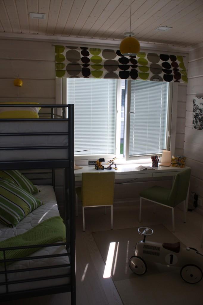 Talo 14 - Laajaranta Kuva vähän hämärä, mutta tässä lastenhuoneessa on aika kivat värit. Tyylikäs on myös auto lattialla.