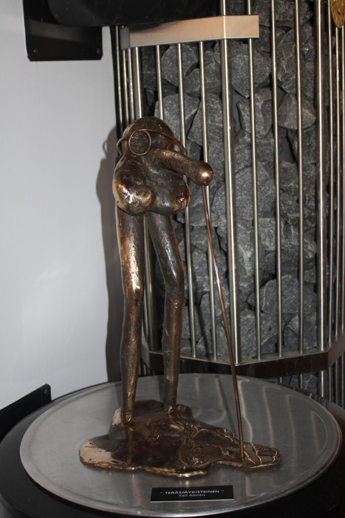 """Talo 3 - Elämän lanka. Nonnih... taidetta saunassa. """"Teräsjäykisteinen"""" :)"""