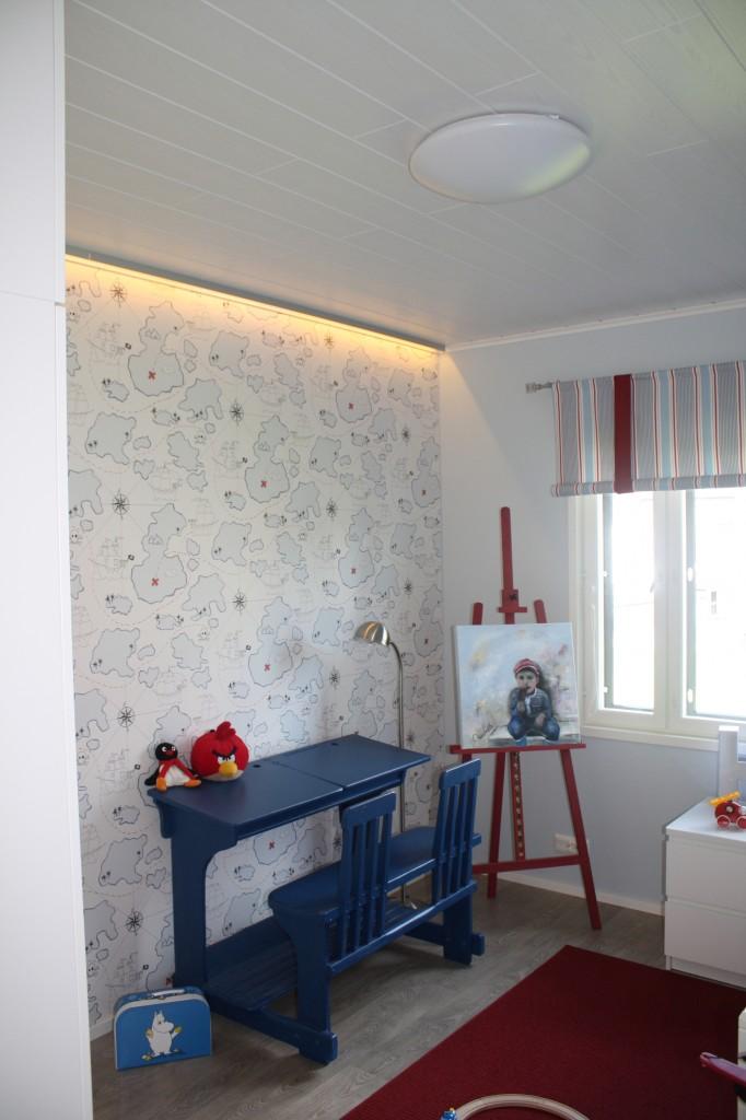 Talo 17 - Hailuoto 177 Tässä talossa oli enemmänkin epäsuoraa valoa. Itse ehkä kuitenkin toteuttaisin sen valolistalla jolloin valo suuntautuisi kattoon ja leviäisi sitä kautta.