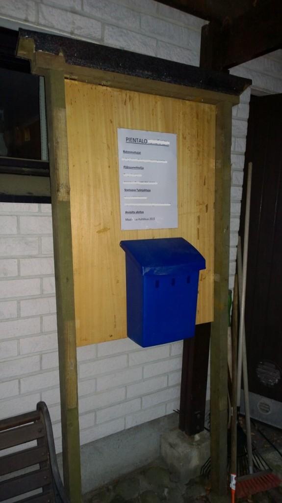 Vaimon kauan sitten jostain voittama postilaatikkokin sai vihdoin käyttöä. Näyttää muuten tuo A3 itseasiassa aika pieneltä. Tulikohan liioiteltua?