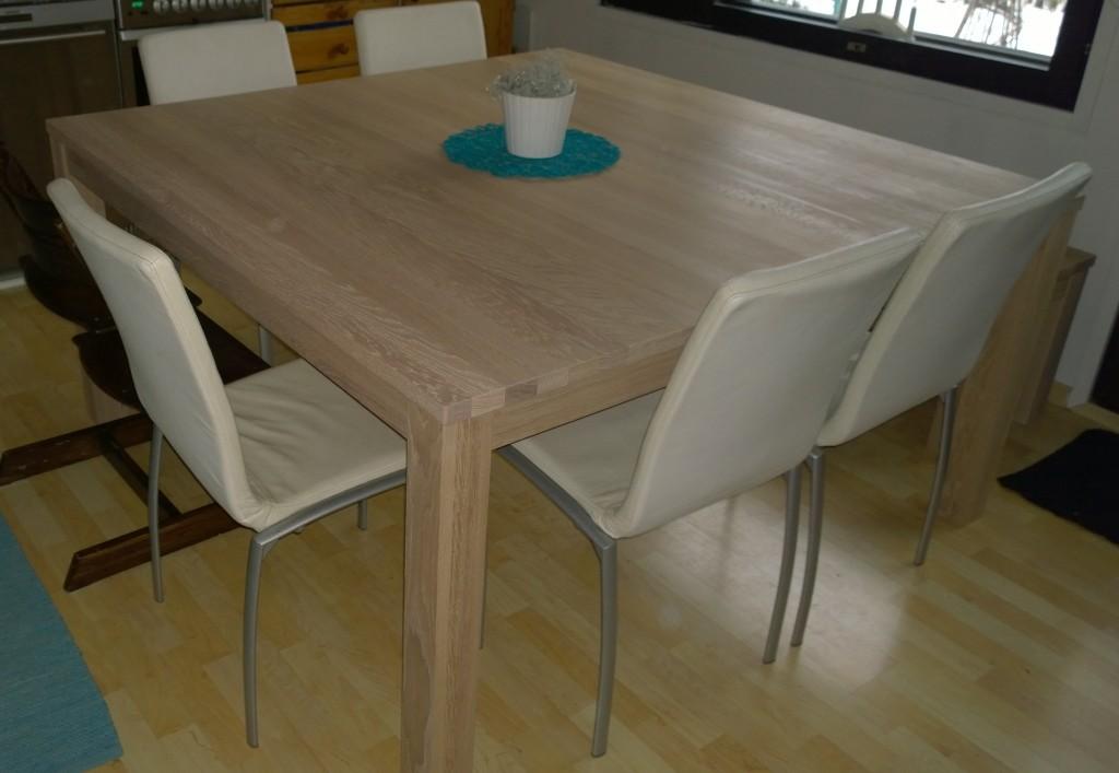 Pöytä paikallaan väliaikaiskämpässä. Just ja just mahtuu keittiöön. Tässä näkyy hieman valkoiseen vivahtava tammen sävy aika hyvin.