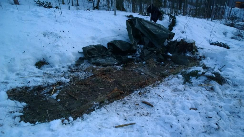 Tässä puuläjä kadonnut. Jäljellä hitusen kärsinyt pressu ja muutama maahan jäätynyt puu.
