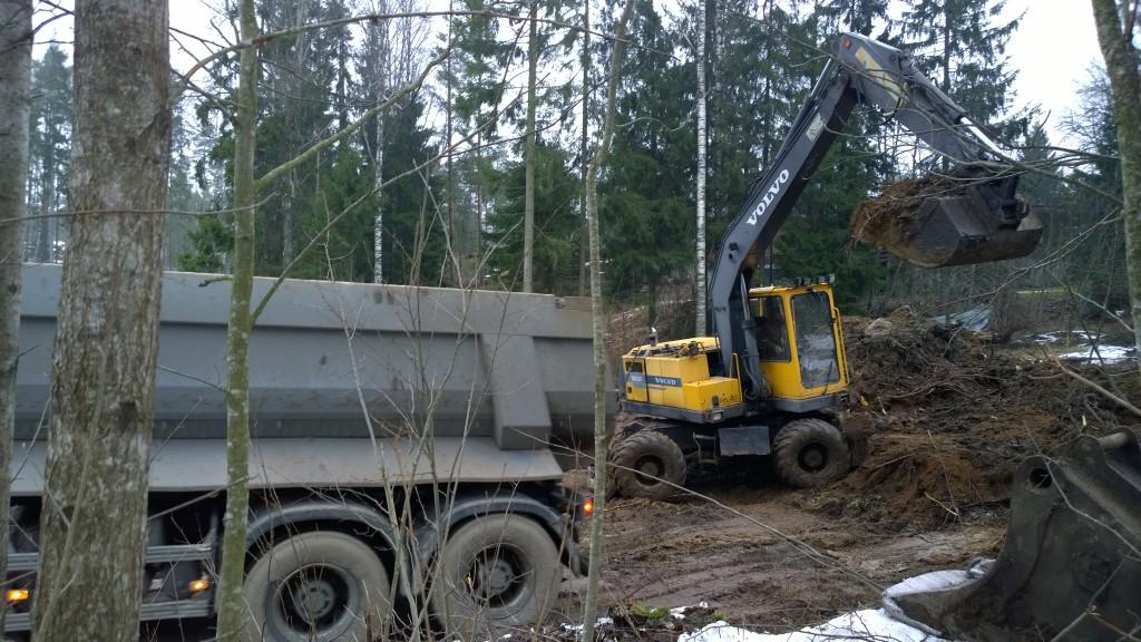Pintamaiden poisvientiä. Pari kuormaa silttiä saatiin jonnekin Vantaan jätevoimalan tienoille ilmaiseksi. Kelpasi. Huomenna sitten lisää sitä samaa tavaraa. Sana ilmainen aina kutkuttaa jotenkin kivasti...
