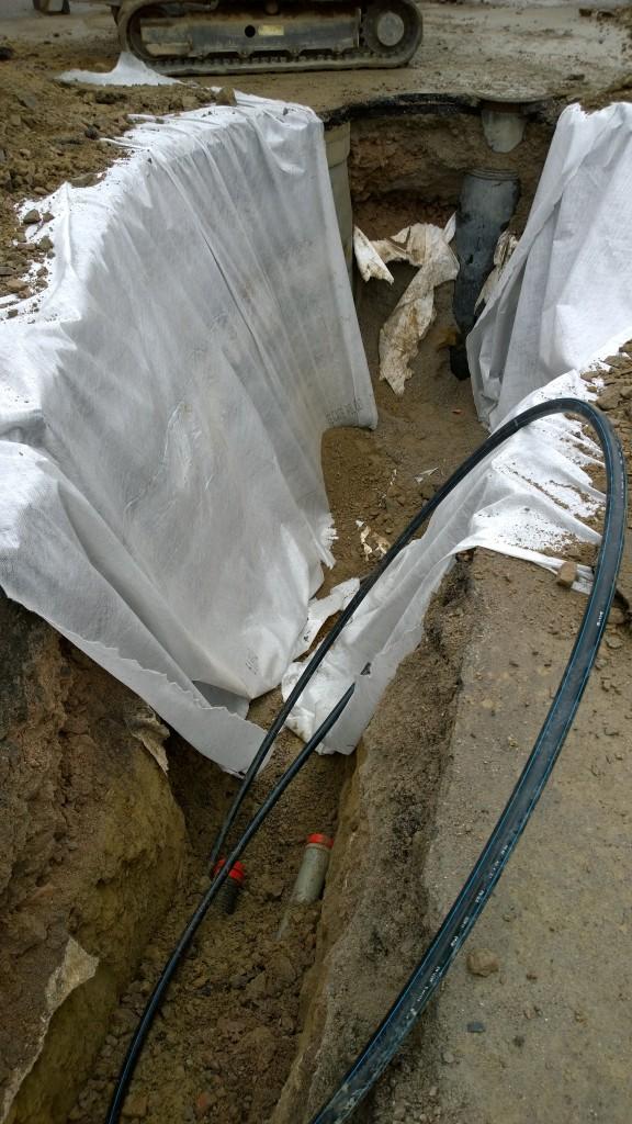 Sinne pitäisi putket kuljettaa. Keskellä kaivantoa löytyi se vesiputki, joten se luultavasti kytketään ensin. Ehkä sen jälkeen vähän maata päälle ja sitten viemäri ja hulevesi. Saas nähdä...