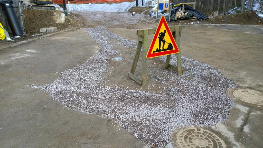 Tie tällä hetkellä tässä kunnossa. Ei laitettu aivan asfaltin tasaan täyttöä, mutta lähelle. Reuna-alueille soraa vähän jottei ole suuria korkeuseroja. Katsotaan mitä katselmoija on huomenna mieltä.