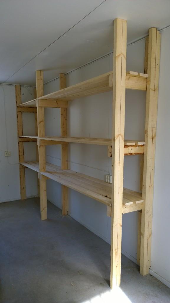 Työmaakopin yksi seinämä sai säilytystiloja silleen sopivasti. Tuohon mahtuu laatikko jos toinenkin.