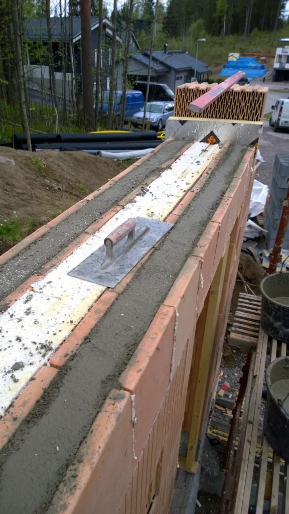 Ylityspalkit täynnä betonkia.