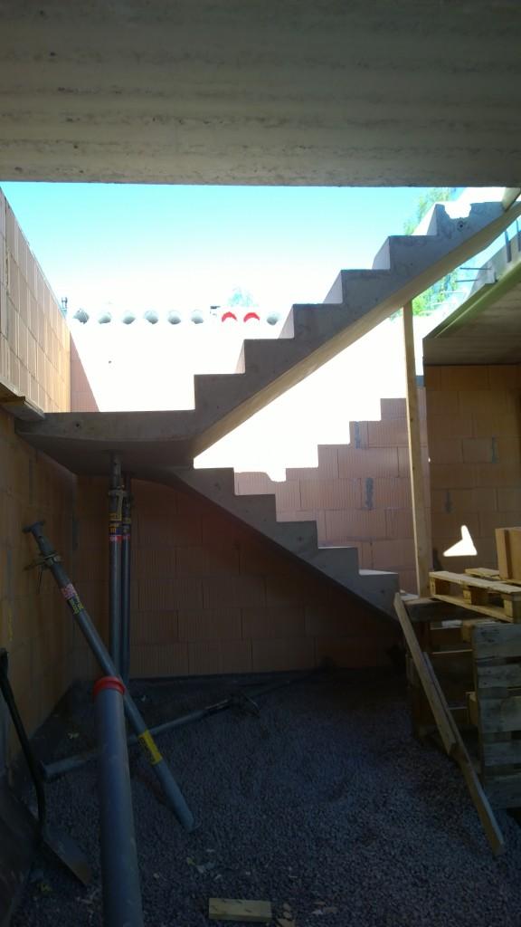 Mielestäni mukavan sirot portaat. Osittain jää piiloon tasanteen tienoilla kun siihen tulee vessan seinää mutta kyllä se aika ilmavalta vaikuttaa.