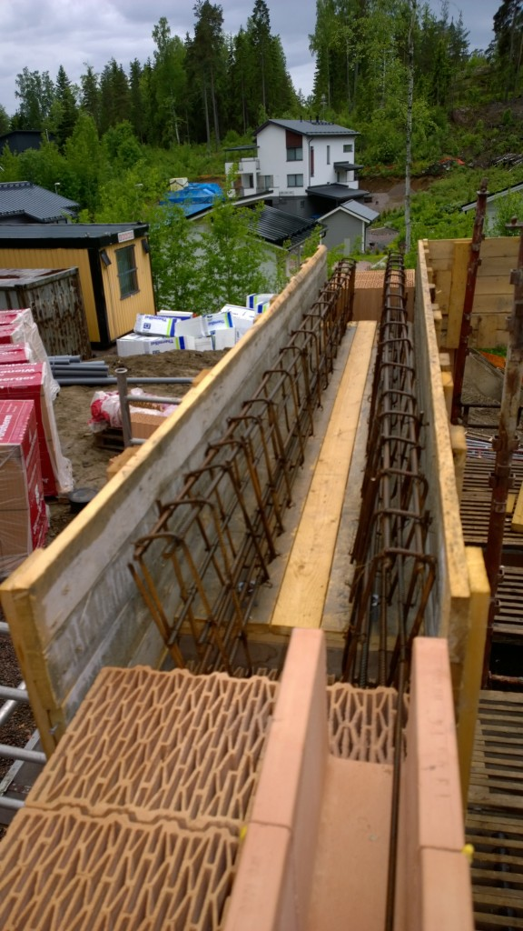 Saunarakennuksen liukuoven ylityspalkki toteutetaan paikallavaluna. Rautaa molemmin puolin ja eriste väliin. Tämä otetaan työn alle huomenna.