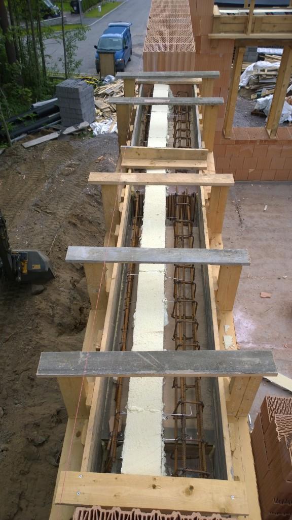 Ylityspalkkia. Toteutettu rakennesuunnittelijan kuvien mukaan niin että ulompi palkki on 12cm paksu ja sisempi palkki on 23cm paksu. Välissä 140mm eriste. Tällä saamme mahdollisimman leveän ikkunapenkin.