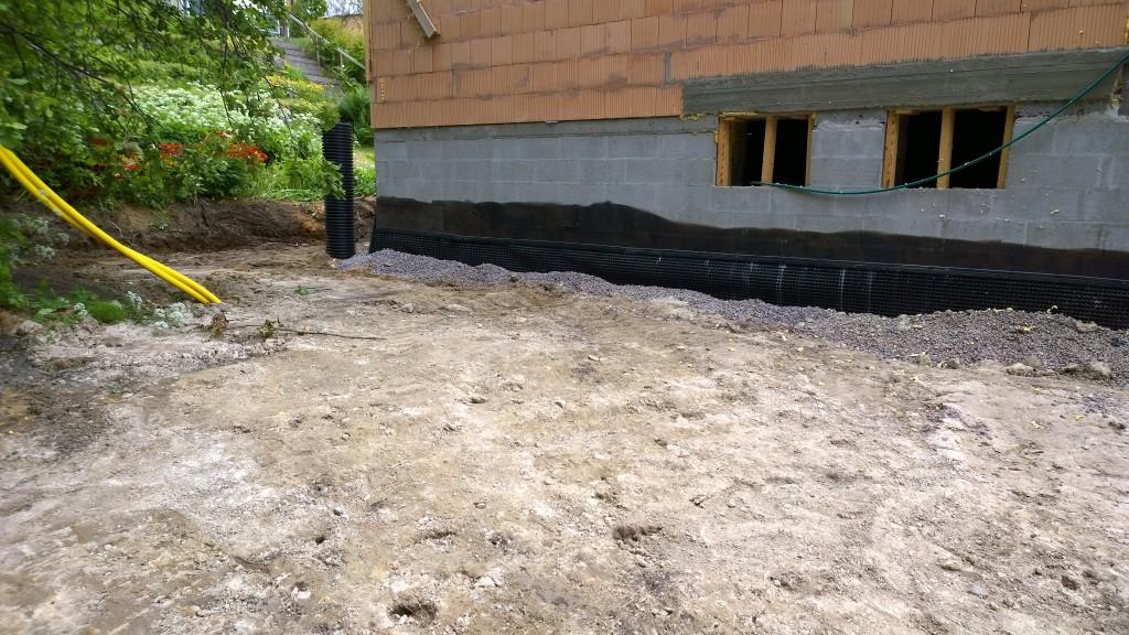 Tässä tuo piha-alue pohjoispuolella. Iso tila siihenkin jäi. Siihenkin vielä pintamaata ja seinän viereen isompaa kiveä. Tänne tuon nurkan lähistölle pitäisi saada maalämpökaivokin.