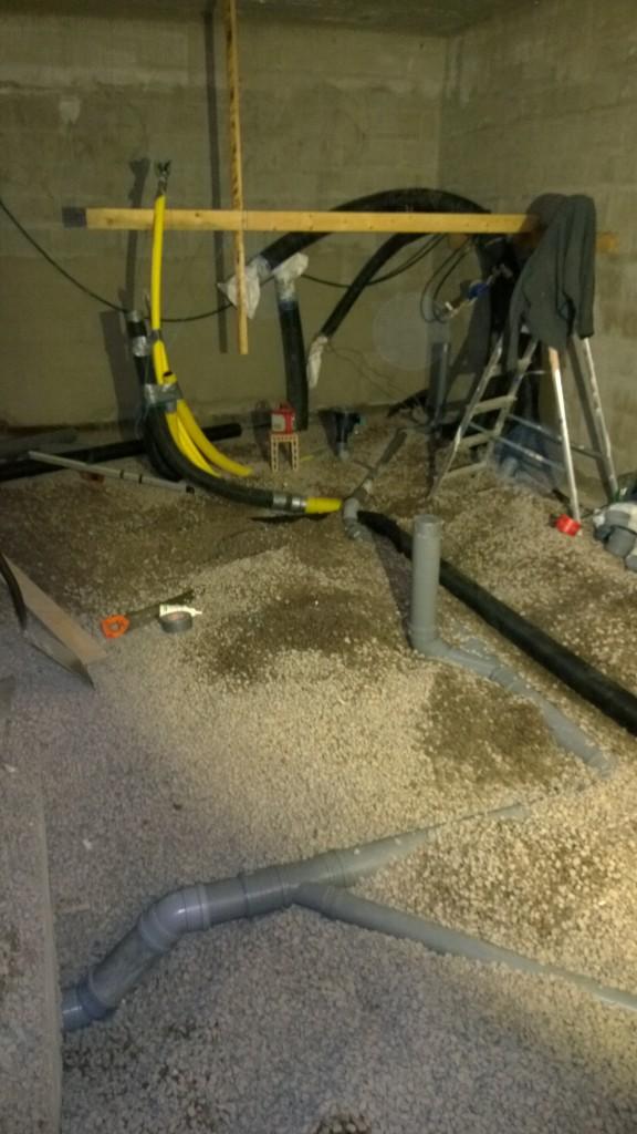 Viemärit paikallaan, radonputkisto laitettu. Sitä ennen piti paimentaa teknisen tilan suojaputket jotakuinkin paikalleen. Siinä ei ärräpäitä eikä roudarinteippiä säästelty mutta jotakuinkin paikallaan ovat. Tulee vaan ikävä palapeli tuon alueen styroksoinnista.