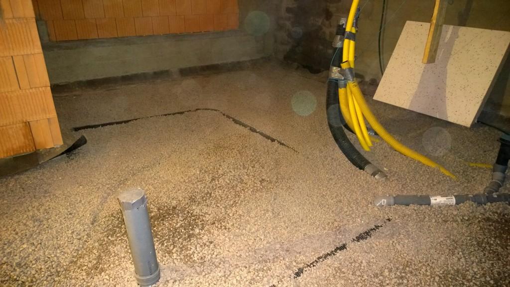 """Radonputki pilkistää siellä ja tekniseen tilaan tulevat suojaputket """"siistissä"""" läjässä."""