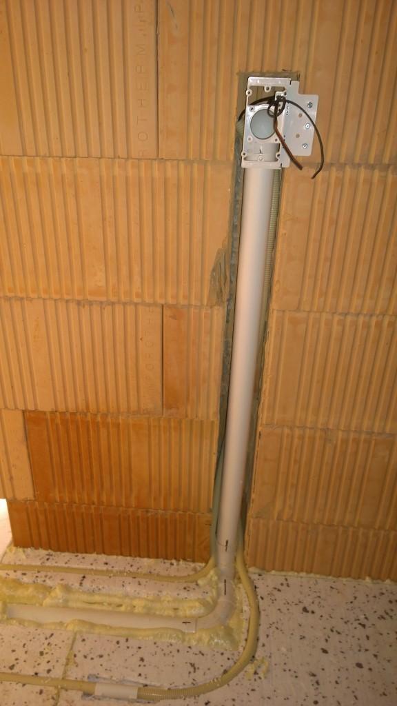 Laitoin lopulta imurasian sitten ergonomisemmalle korkeudelle ja nurkan taakse eli kodinhoitohuoneen oviaukkoon.
